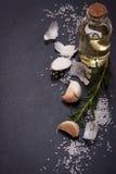 Knoblauch, Rosmarin, Salz und Olivenöl Stockfotos