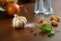 Knoblauch, Salz, Pfeffer und Zwiebel stockfotografie