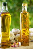 Knoblauch, Schmieröl und Kerze Lizenzfreies Stockfoto