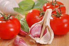 Knoblauch, Tomaten und Basilikum. lizenzfreie stockfotografie