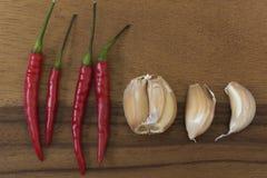 Knoblauch und Gemüsepaprika auf Hackklotz Stockfotos