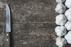 Knoblauch und Küchenmesser Stockfoto