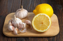 Knoblauch und Zitrone lizenzfreie stockbilder