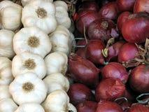 Knoblauch und Zwiebeln für Verkauf Lizenzfreies Stockbild