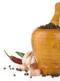 Knoblauch, Zwiebel und Pfeffer im Mörtel und in der Stampfe Stockbild
