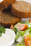 Knoblauchcroutons mit Gemüse, Kräutern und Soße Lizenzfreies Stockfoto