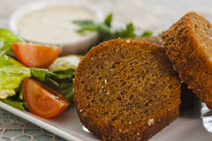 Knoblauchcroutons mit Gemüse, Kräutern und Soße Lizenzfreies Stockbild