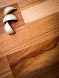 Knoblauchnelken auf Ausschnittvorstand Lizenzfreies Stockfoto