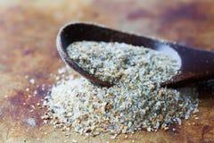 Knoblauchsalzmakroansicht Salzige Mineralwürze des Natriumchlorid-biologischen Lebensmittels im hölzernen Löffel, gealterter rost Lizenzfreie Stockbilder