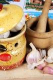 Knoblauchtopf mit Stampfe und Mörser. Stockbild