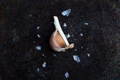 Knoblauchzehen auf einem Schwarzen Lizenzfreies Stockbild