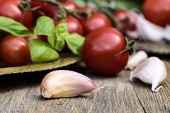Knoblauchzehen, Tomaten, Gemüse Lizenzfreie Stockfotos