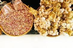 Knoblauchzehen und Knoblauchknollen auf Markt stockfotos