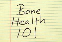 Knochen-Gesundheit 101 auf einem gelben Kanzleibogenblock Stockfotos