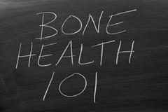 Knochen-Gesundheit 101 auf einer Tafel Stockfotos
