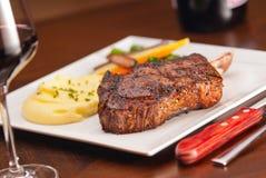Knochen im Rippe-Auge Steak stockfotografie