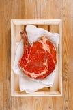 Knochen-im Rippenauge Steaksteak auf Papier Stockfoto