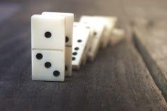 Knochen von Dominos auf hölzernem Hintergrund Stockfoto