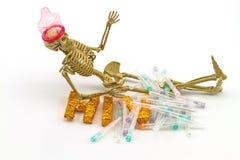 Knochenabnutzungskondome des menschlichen Körpers des Stilllebenkonzeptes, Nadeln Stockbilder