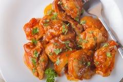 Knochenlose Hühnerschenkel mit süßer kalter Soße und Kräutern Stockfotos