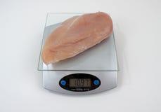 Knochenlose, hautlose Hühnchen-Brust auf Gewicht-Skala Stockfotografie