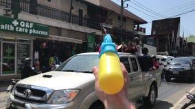 KNOCK-OUT CHANG, TAILANDIA - 13 DE ABRIL DE 2018: Festival de Songkran - agua de rociadura de la gente en uno a, también usando l almacen de video