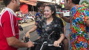 KNOCK-OUT CHANG, TAILANDIA - 13 DE ABRIL DE 2018: Festival de Songkran - agua de rociadura de la gente en uno a, tambi?n usando l almacen de video