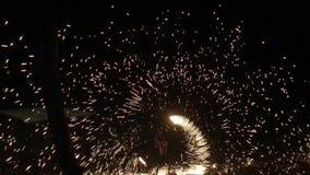 KNOCK-OUT CHANG, TAILANDIA - 14 DE ABRIL DE 2018: Sola demostración del fuego del hombre en la noche en un lugar turístico almacen de video