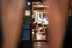 KNOCK-OUT CHANG, THAILAND - APRIL 10, 2018: Autentiska traditionella fiskares by på ön - folk och barn in royaltyfria foton