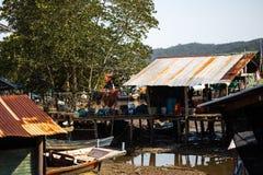 KNOCK-OUT CHANG, THAILAND - APRIL 10, 2018: Autentiska traditionella fiskares by på ön - folk och barn in arkivbilder