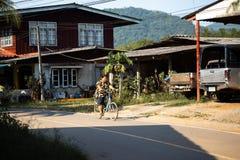 KNOCK-OUT CHANG, THAILAND - APRIL 10, 2018: Autentiska traditionella fiskares by på ön - folk och barn in royaltyfri foto