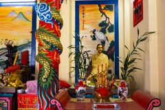 KNOCK-OUT CHANG, THAILAND - APRIL 10, 2018: Chinese buddisttempel op het het noordengebied van het eiland - Hiërogliefen en patro stock fotografie
