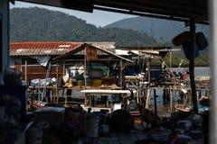 KNOCK OUT CHANG, THAILAND - 10. APRIL 2018: Das Dorf der authentischen traditionellen Fischer auf dem Inselvolk und den Kindern h lizenzfreies stockfoto