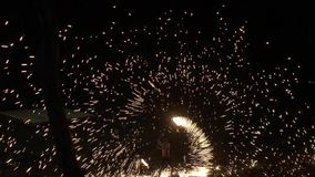 KNOCK-OUT CHANG, THAILAND - APRIL 14, 2018: Enkel manbrandshow på natten i ett turist- ställe stock video