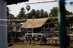 KNOCK-OUT CHANG, THAILAND - APRIL 10, 2018: Het dorp van authentieke traditionele vissers op het eiland - Mensen en kinderen binn royalty-vrije stock foto