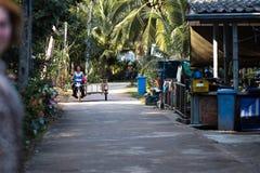 KNOCK-OUT CHANG, THAILAND - APRIL 10, 2018: Het dorp van authentieke traditionele vissers op het eiland - Mensen en kinderen binn royalty-vrije stock afbeeldingen