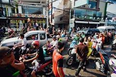 KNOCK-OUT SAMUI, TAILANDIA - 13 DE ABRIL: Carretera principal de Chaweng durante la celebración del festival de la lucha del agua Fotografía de archivo libre de regalías
