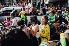 KNOCK-OUT SAMUI, TAILANDIA - 13 DE ABRIL: La gente no identificada en la celebración del agua lucha festival o el festival de Son Imagen de archivo