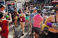 KNOCK-OUT SAMUI, TAILANDIA - 13 DE ABRIL: La gente no identificada en la celebración del agua lucha festival o el festival de Son Imagenes de archivo