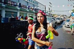 KNOCK-OUT SAMUI, TAILANDIA - 13 DE ABRIL: Muchacha no identificada en un festival de la lucha del agua o el festival de Songkran Imagen de archivo libre de regalías