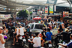 KNOCK-OUT SAMUI, THAILAND - APRIL 13: Ð-¡ rowd av folk på berömmen av vattnet slåss festival eller den Songkran festivalen royaltyfria bilder