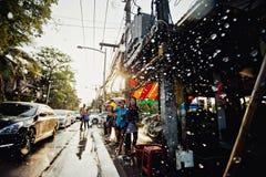 KNOCK-OUT SAMUI, THAILAND - APRIL 13: De niet geïdentificeerde mensen overgieten water bij de camera op Songkran-Festival Stock Foto's