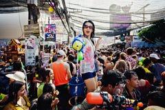 KNOCK-OUT SAMUI, THAILAND - APRIL 13: Niet geïdentificeerd meisje die water schieten bij de camera op Songkran-Festival Royalty-vrije Stock Foto's