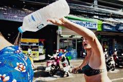 KNOCK-OUT SAMUI, THAILAND - APRIL 13: Niet geïdentificeerd vrouwen gietend ijswater door de kraag op Songkran-Festival Royalty-vrije Stock Fotografie