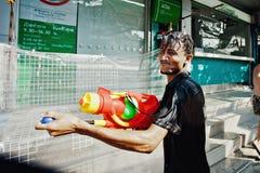KNOCK-OUT SAMUI, THAILAND - APRIL 13: Oidentifierad man med en watergun i en vattenkampfestival eller den Songkran festivalen Royaltyfri Bild
