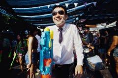 KNOCK-OUT SAMUI, THAILAND - APRIL 13: Oidentifierad man med en watergun på den Songkran festivalen Royaltyfria Foton