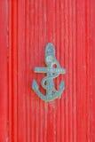 Knocker двери в форме анкера на ярком красном backg Стоковое фото RF