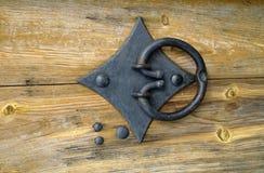 Knocker двери на деревянной двери Стоковые Изображения