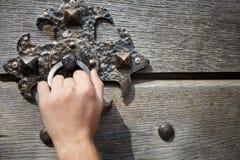 Knocker двери на деревянной двери Стоковые Фото