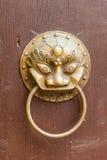Knocker двери на старой деревянной двери Стоковые Изображения